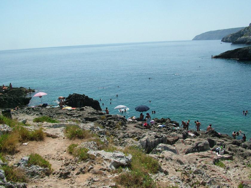 Marina di Novaglie - Scogliera con ombrelloni